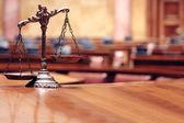 Dekorative Waage der Gerechtigkeit im Gerichtssaal