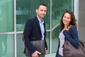 obchodní muž a žena spolu povídat po práci