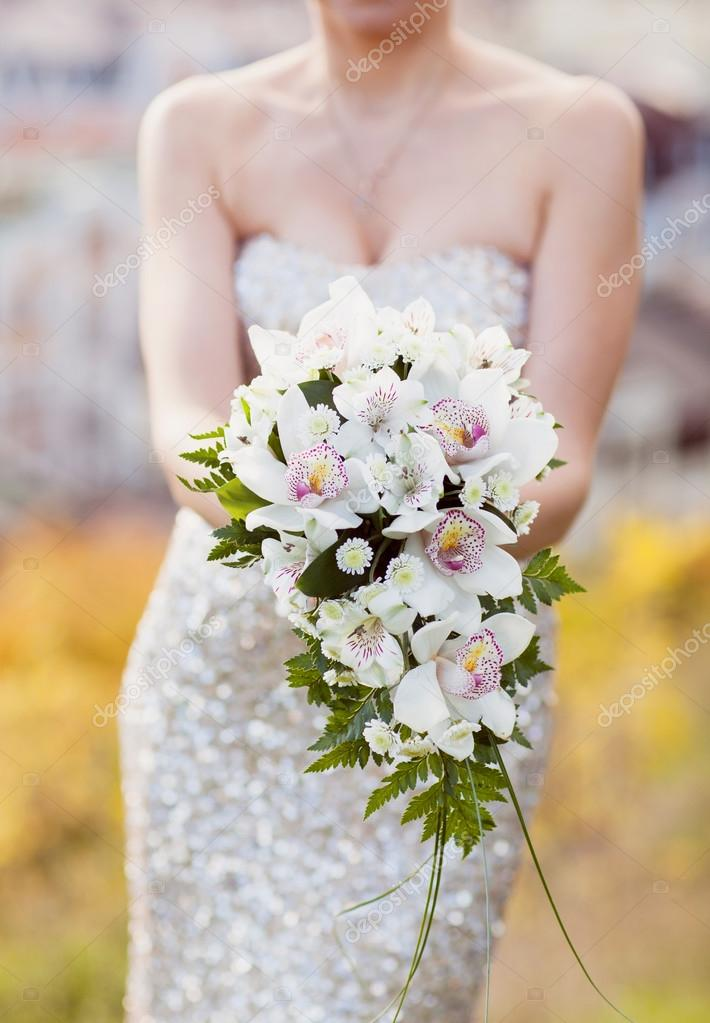 white wedding bouquet in the hands of the bride — Stock Photo ...