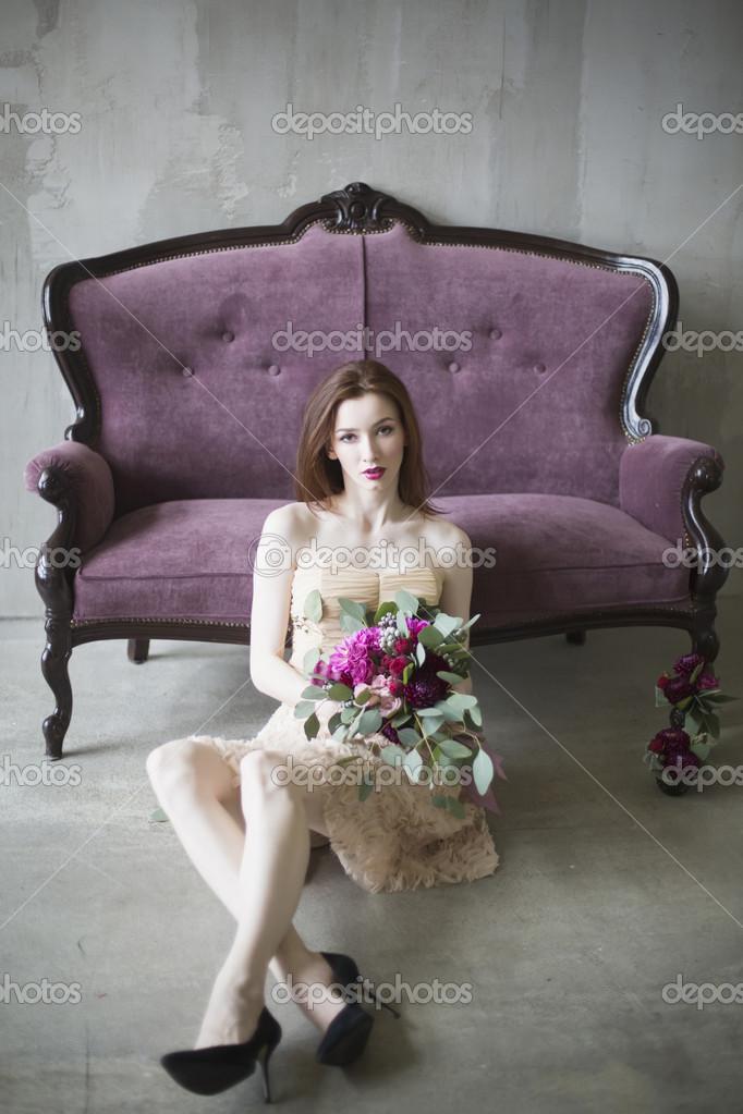 novia de lujo en un vestido rosado con un ramo de la boda en el vino ...