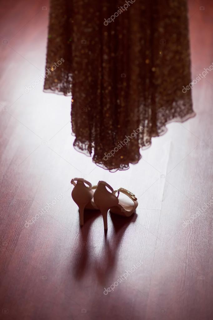 Vestidos de novia con zapatos plateados