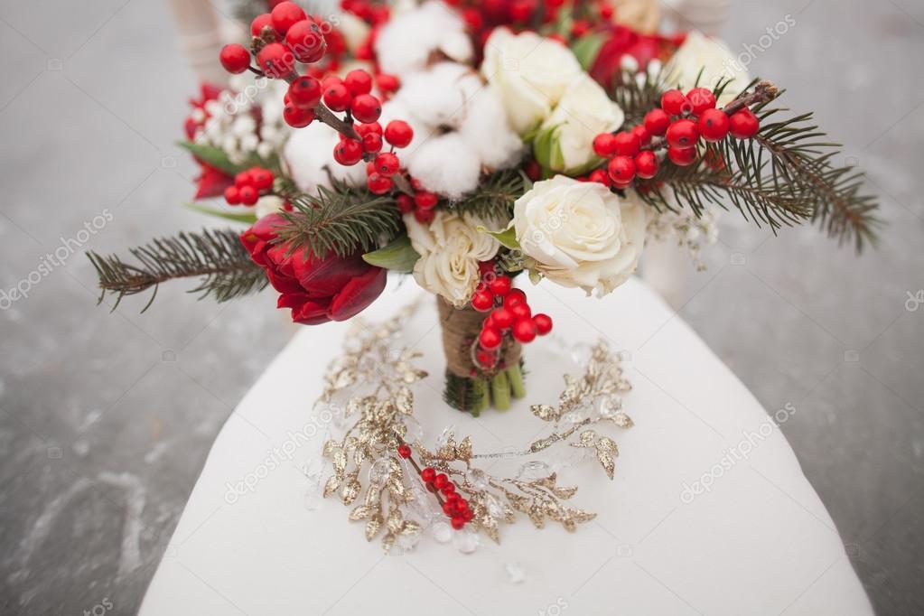 vinter bröllop bukett med kottar och röda och vita blommor ...