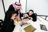 Fotografie Arabische muslimische Geschäft mit Kindern im Büro