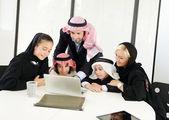 Fotografie Arabische muslimische Geschäft mit Kindern im Büro arbeiten