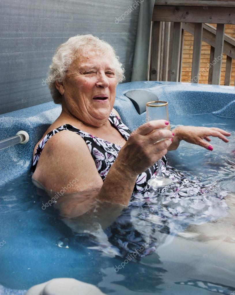 ванной видео бабушки