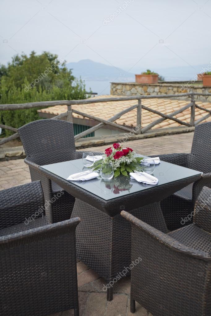 jardín al aire libre en ratán tejido marrón mesas y sillas — Fotos ...