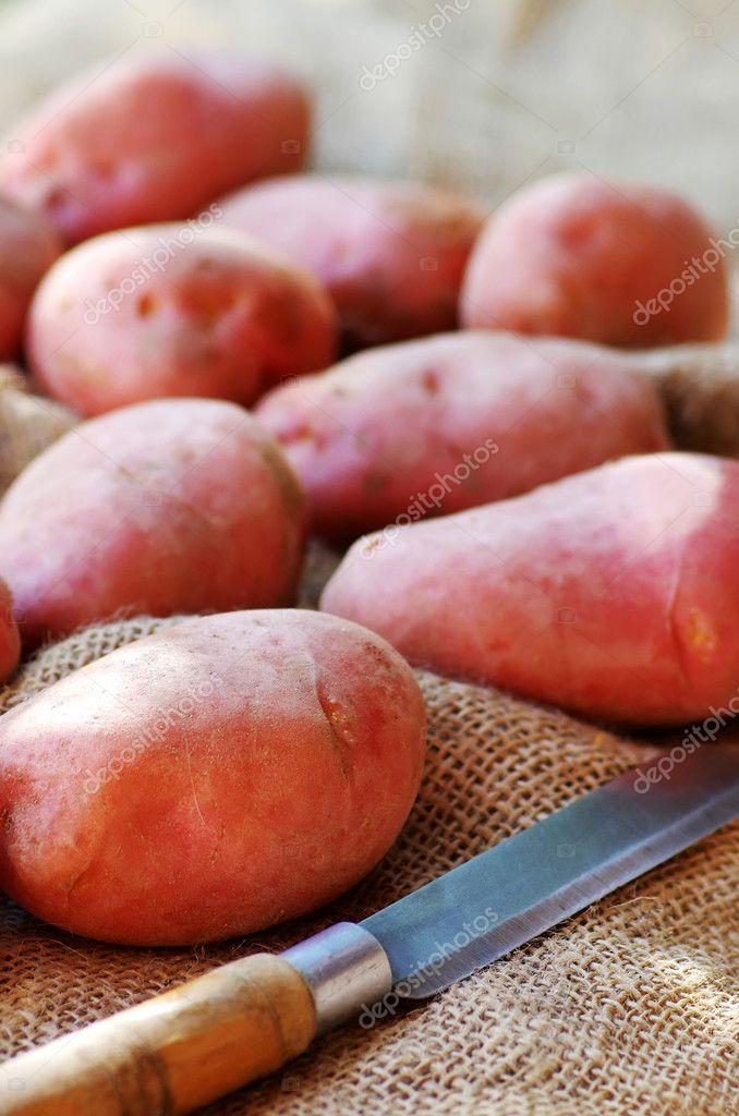 Kartoffeln Rote Schale Und Messer Stockfoto Inaquim 31620069