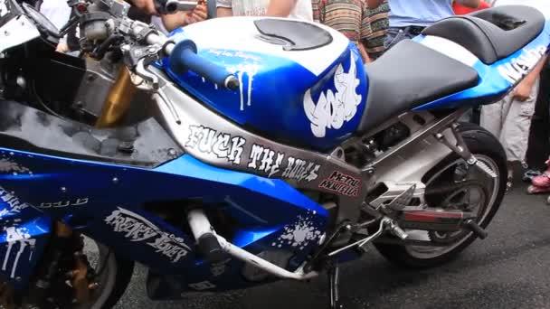 dýmavá sportovní motorka
