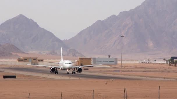 bílé letadlo na letišti