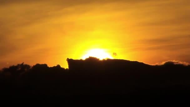 Červený západ slunce nad městem