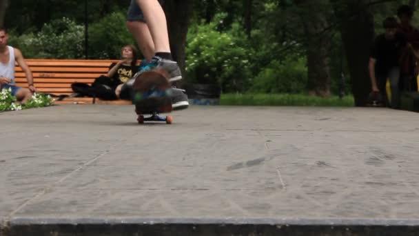 chlapce na skateboardu
