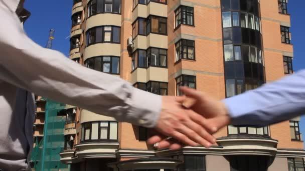 handshake di affari e dando le chiavi