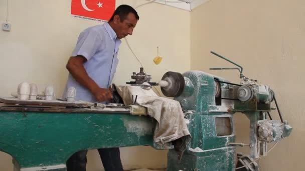 Treatment of onyx on a machine-tool