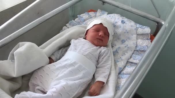 novorozeně v porodním sále