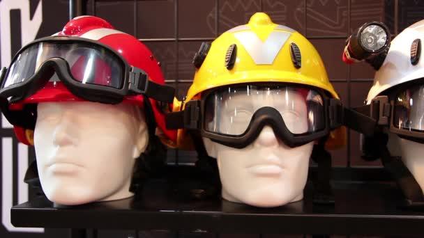 Schaufensterpuppen mit Schutzhelm und Brille