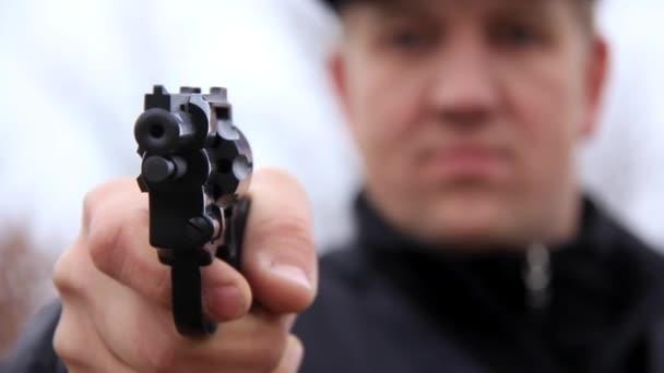 Ember lövés a revolver