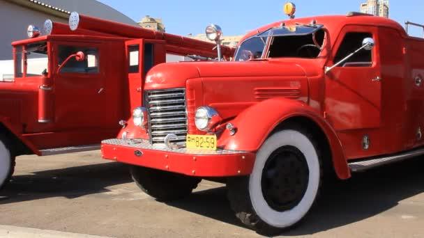 červené staré hasičské auto