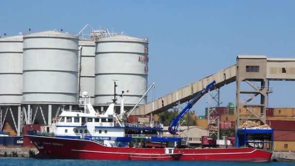 velké červené nákladní loď v přístavu