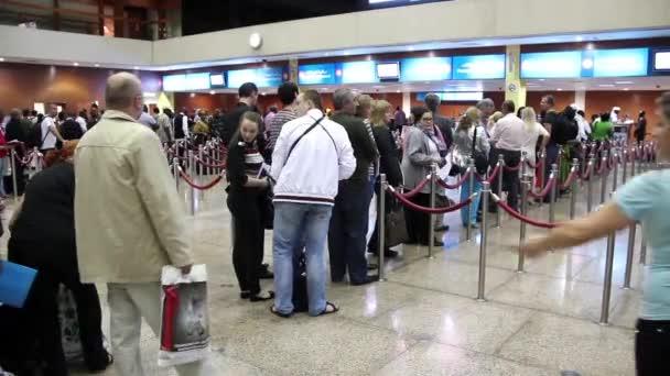 sítnice skenování a pas kontrola v mezinárodní letiště v Dubaji