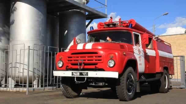 červené hasičské auto v hasiči