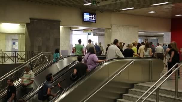 lidé uvnitř stanice metra syntagma
