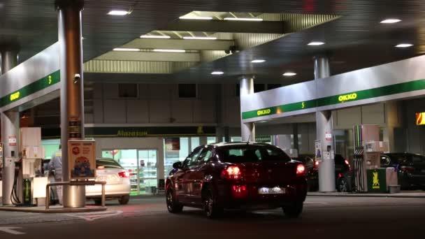 automobily na tankování stanice