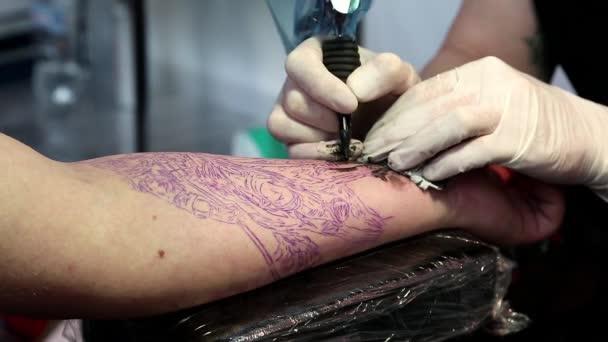 tetování se položila na rameno