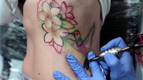 žena udělat tetování