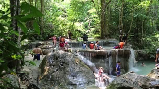 lidé v národním parku erawan v Thajsku