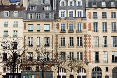 Facade of a traditional apartmemt building in Paris
