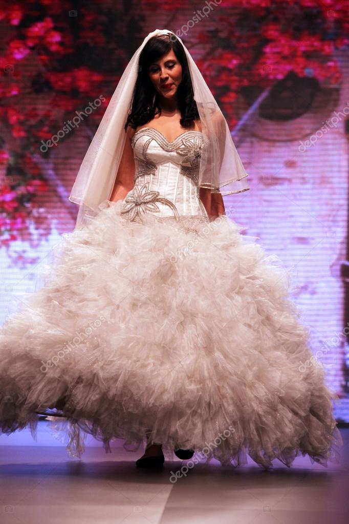 vestido de novia de moda shaw — Foto editorial de stock © zatletic ...