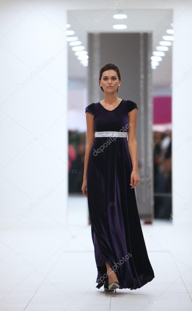 Fotomodell in Cocktail-Kleid von Miss b \'Wedding Expo\' Show in die ...