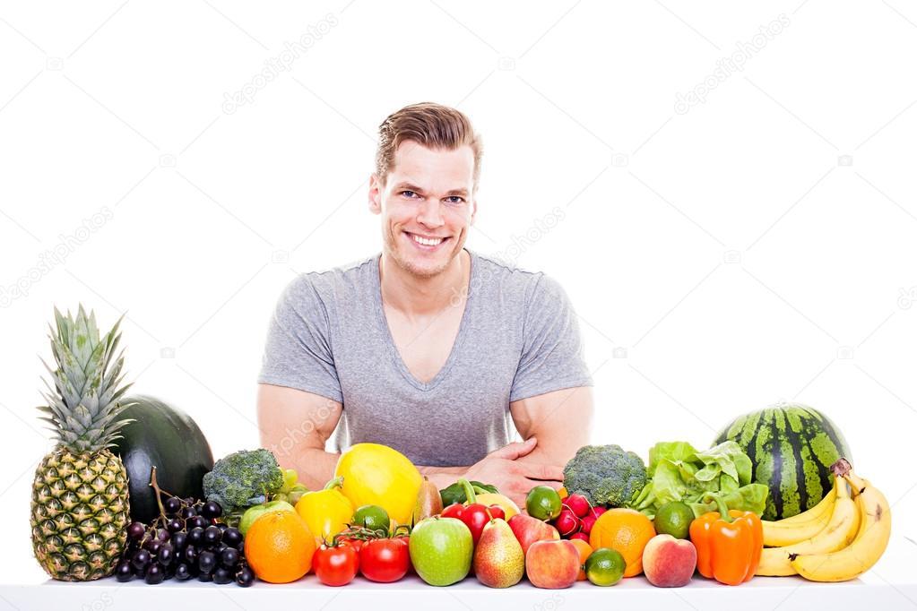Przystojny Mięśni Mężczyzna Siedzący Za Wiersz O Owoce I