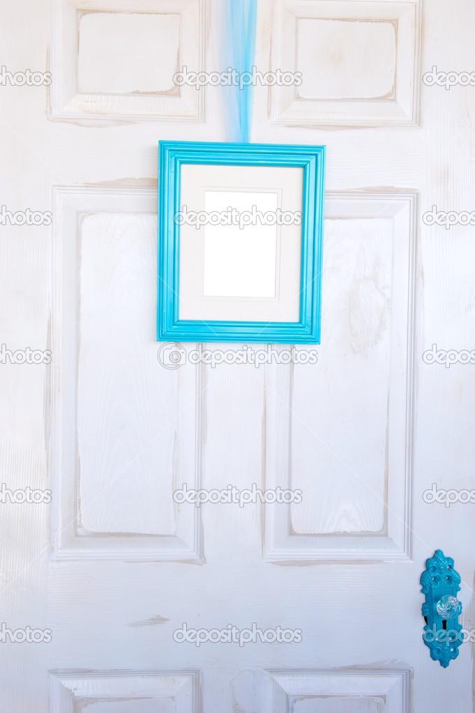 leere Türkis Bilderrahmen an notleidende Tür — Stockfoto © Pixelsnap ...