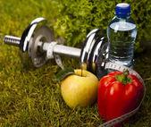zeleninou a fitness v zelené trávě