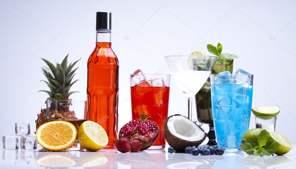 alkoholische Getränke mit Früchten festgelegt — Stockfoto ...