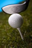 golfový míček na odpališti v ovladači
