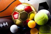 sportovní míče, spoustu míčů a tak