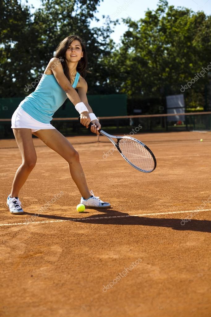 97dbca8d8b mujer jugando al tenis en verano — Fotos de Stock © JanPietruszka ...