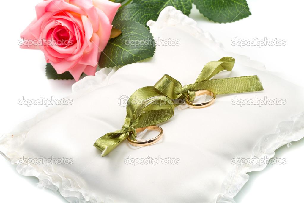 guld vigselringar på vit kudde med ros — Stockfotografi © lsantilli ... 3f7f2f184fb89