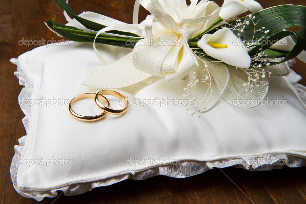 Trauringe Mit Calla Bouquet Auf Hochzeits Kissen Stockfoto