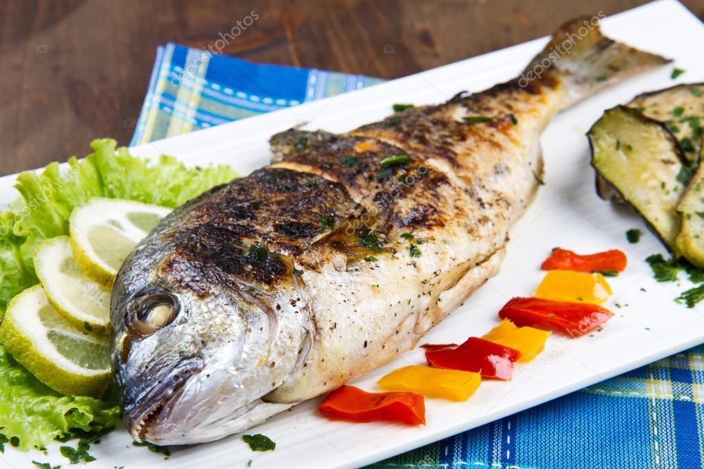 Besugo cabeza dorado en placa con lim n ensalada y - Parrillas para pescado ...