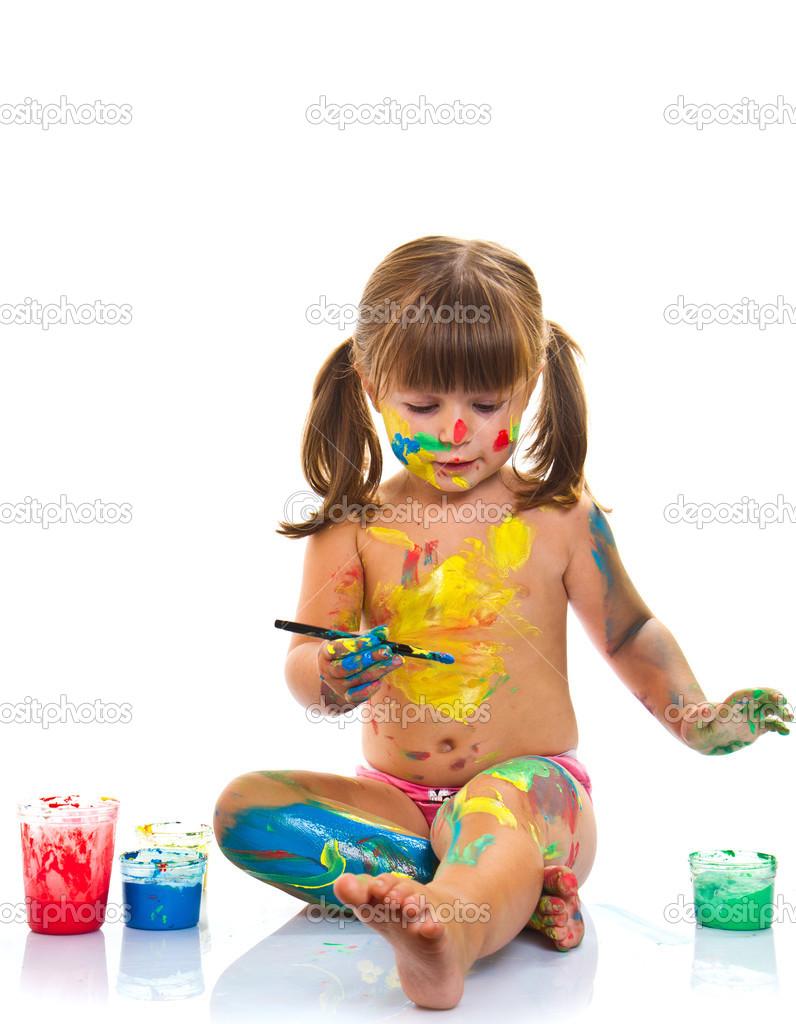 pincel pintando. niña pintando con pincel y pinturas de colores \u2014 foto stock #49239701 t