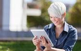 podnikatelka venku v parku s tablet pc