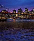 Brooklyn bridge a manhattan při západu slunce