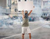 muž v pouliční protesty prázdné kartonu, skvělé pro advertistm