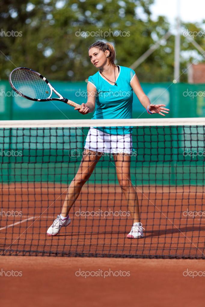 abb891f95b Hermosa mujer jugando al tenis — Foto de Stock