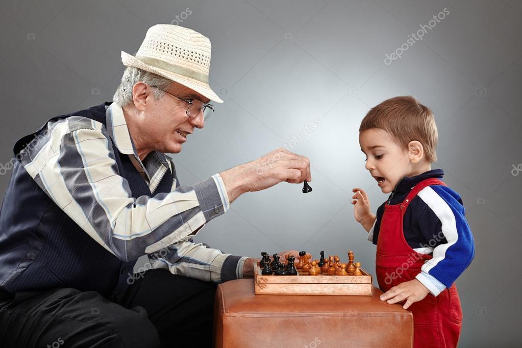 Картинки по запросу фото ребёнок играет в шахматы с пенсионером