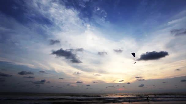Siklóernyős a kék ég