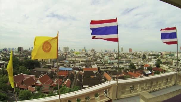 Az épület kilátás nyílik a városra a zászlók